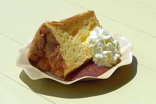 奥久慈たまごのシフォンケーキひたちなか市産イチゴソース添え